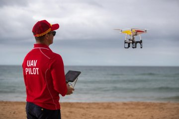 tom-caska-chief-remote-pilot-surf-life-saving-with-westpac-life-saving-rescue-drone-hovering-overhead3